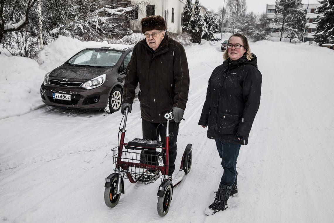 Aatto Aaltonen joutui ensimmäistä kertaa kaupungin keskustassa kulkemaan pitkin ajoratoja. 88 vuotta hän pääsi kävellen jalkakäytäviä myöten. Aatto Aaltosen apuna Mira Mäkinen.
