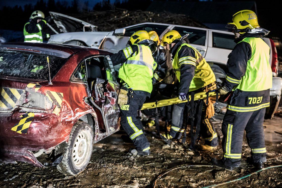Kun Mazdan matkustajan puoleinen ovi saatiin auki, oli isokokoinen uhri saatava ulos autosta ilman, että hänelle aiheutuisi lisävammoja.