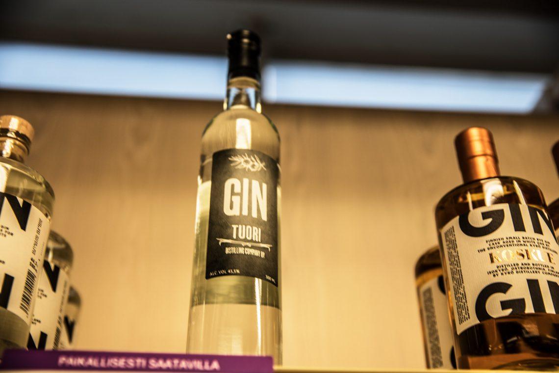 Viimeinen pullo paikallista giniä Sastamalan myymälän hyllyssä. Lisää on kuitenkin luvassa.