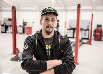 Niko avaa uuden autokorjaamon Häijäässä maanantaina. Nosturit saatiin asennettua tiistaina.