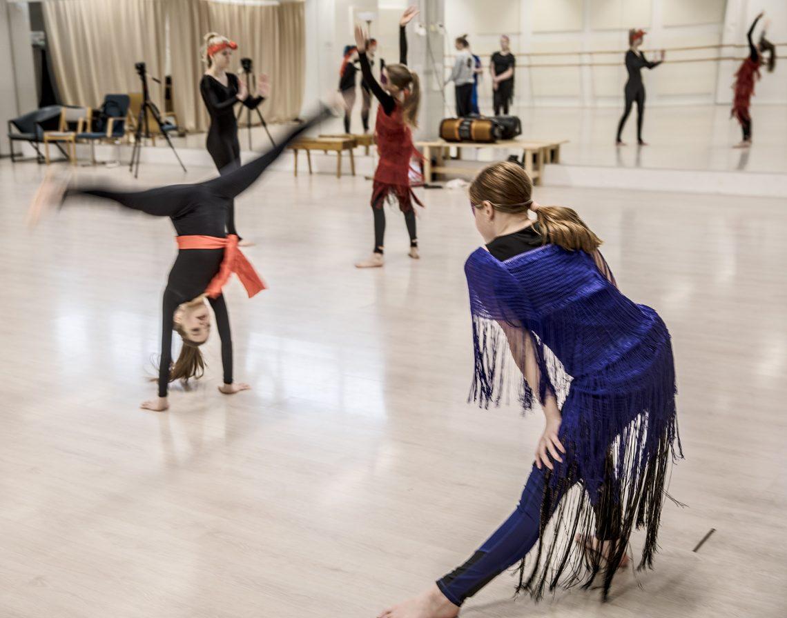 Musiikkivideon esittäjistä muutamat olivat harrastaneet tanssia ja voimistelua aiemminkin.