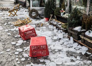 Puistokatu 21:n katolta jäitä putosi kerralla noin 15 metrin matkalta. Alle jääneet tuolit hajosivat kivikovan jään alle jäätyään.