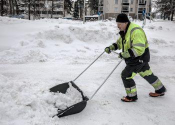Kaupungin kiitetyimmästä miehestä on tullut pikkukaupungin oma julkkis seitsemässä viikossa. Päiväaikaan pääraittia kulkeva ei juuri voi olla näkemättä hartiavoimin lumitöitä tekevää Jouni Pihlajamäkeä.