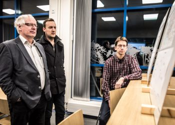 Kevyen liikenteen väylän suunnitelmiin tutustuivat muun muassa Kalevi Osara ja Olli Honkola. Suunnitelmia esitteli kaupungin puolesta muun muassa yhdyskuntatekniikan päällikkö Pasi Lähteenmäki.