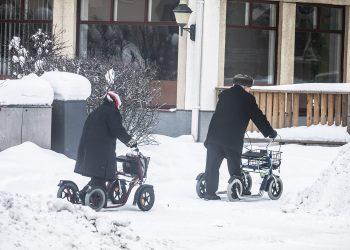 Työaikaan toinen puoli kaupungin keskustan jalankulkijoista turvautuu kulkiessaan apupyöriin tai sauvoihin.