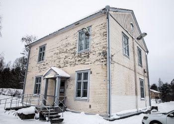 Kiikan kirjasto toimii suojellussa rakennuksessa, jonka kunto ei ole paras.