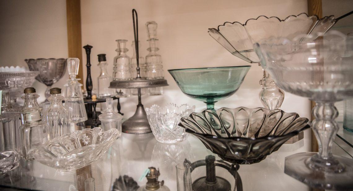 Nopeimmin esiteltävään kuntoon saataneen pienesineistöä, kuten lasitavaroita.
