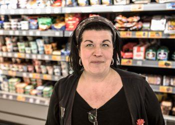 Kauppias Tanja Jokiranta pitää tavoitteenaan, että kaupan on kaikkea arjessa tarvittavaa.