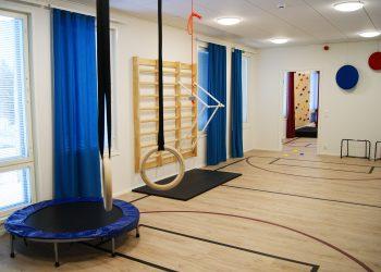 Liikuntapäiväkodissa lapsille on tarjolla renkaita, trampoliini ja pelikenttiä.