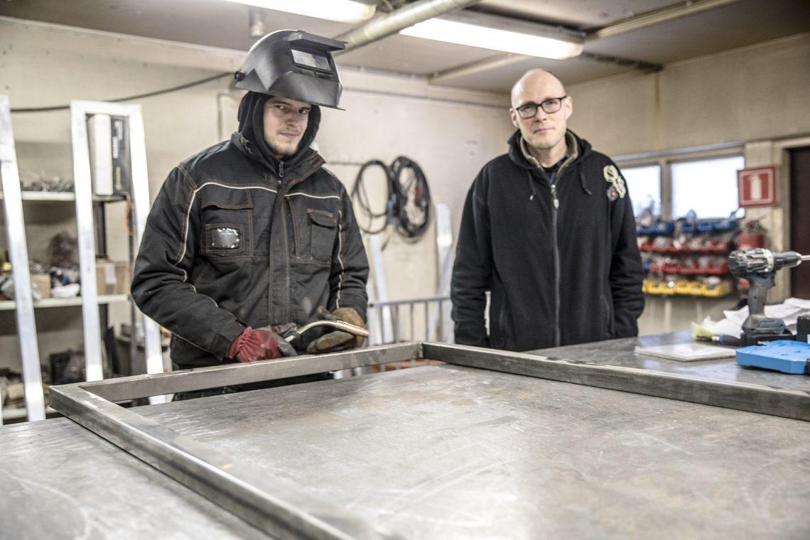 Levyseppä-hitsaaja Jani Koivuniemi ja yrittäjä Heikki Soininen yhytettiin kuvaan kesken portin teon.