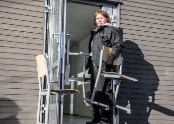 Äetsän koulun muutto alkoi tuolien kantamisella uusiin tiloihin. Muttoa tekemässä Pia Villman.