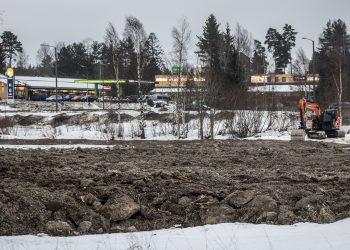 Pellon pinta nousee Häijään risteyksessä. Taustalla Häijään Neste ja liikekeskus Häijään Äijä.