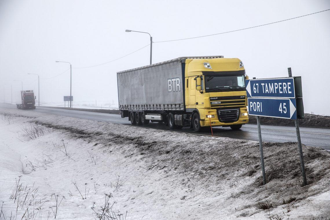 Talvinen kuva valtatieltä 11 muutaman kymmenen metrin päästä Pohjanmaantien risteyksestä.