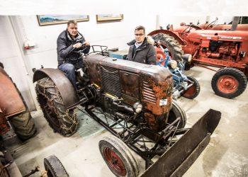Säätiön hallituksen jäsen Timo Lehto, hallintoneuvoston puheenjohtaja Pertti Hakanen ja Bolinder Muntel -traktori 1950-luvun alusta. Tuolloin traktoreiden moottori- ja voimansiirtoratkaisut eivät vielä olleet vakiintuneet.
