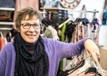 Eeva Kunnaksen Kultalyhdyssä myydään juhla- ja arkivaatteita sekä juhla- ja arkijalkineita.