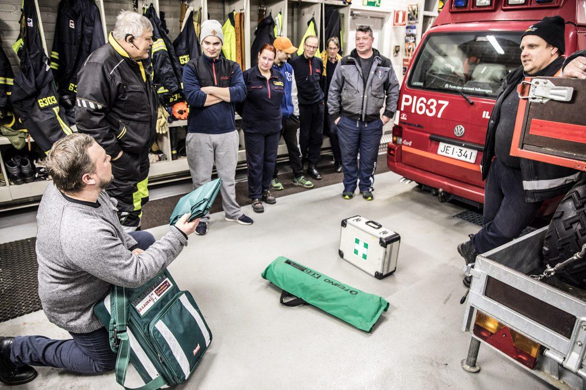 Yrittäjä Ismo Rautavuori kävi lävitse palokunnan ensiaputarvikkeita ja opasti samalla niiden käytössä 20-vuotisella ambulanssikokemuksella. Rautavuoren vierellä palokunnan päällikkönä liki 30 vuotta toiminut Erkki Välimäki.