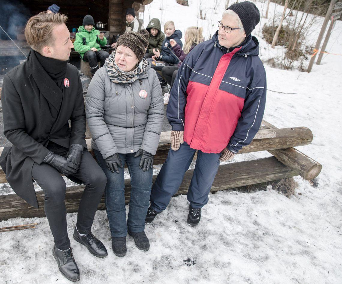 Ilmari Nurminen keskusteli Mouhijärven sosialidemokraattien talvitempauksessa Marja Koivumäen ja Hilkka Huitulan kanssa.