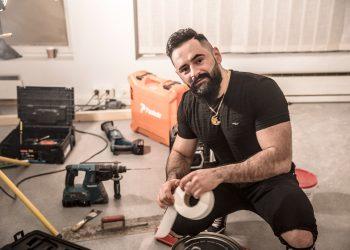 Parturi-kampaaja Ivan Osman aloitteli uuden liiketilan remonttia keskiviikkoiltana.