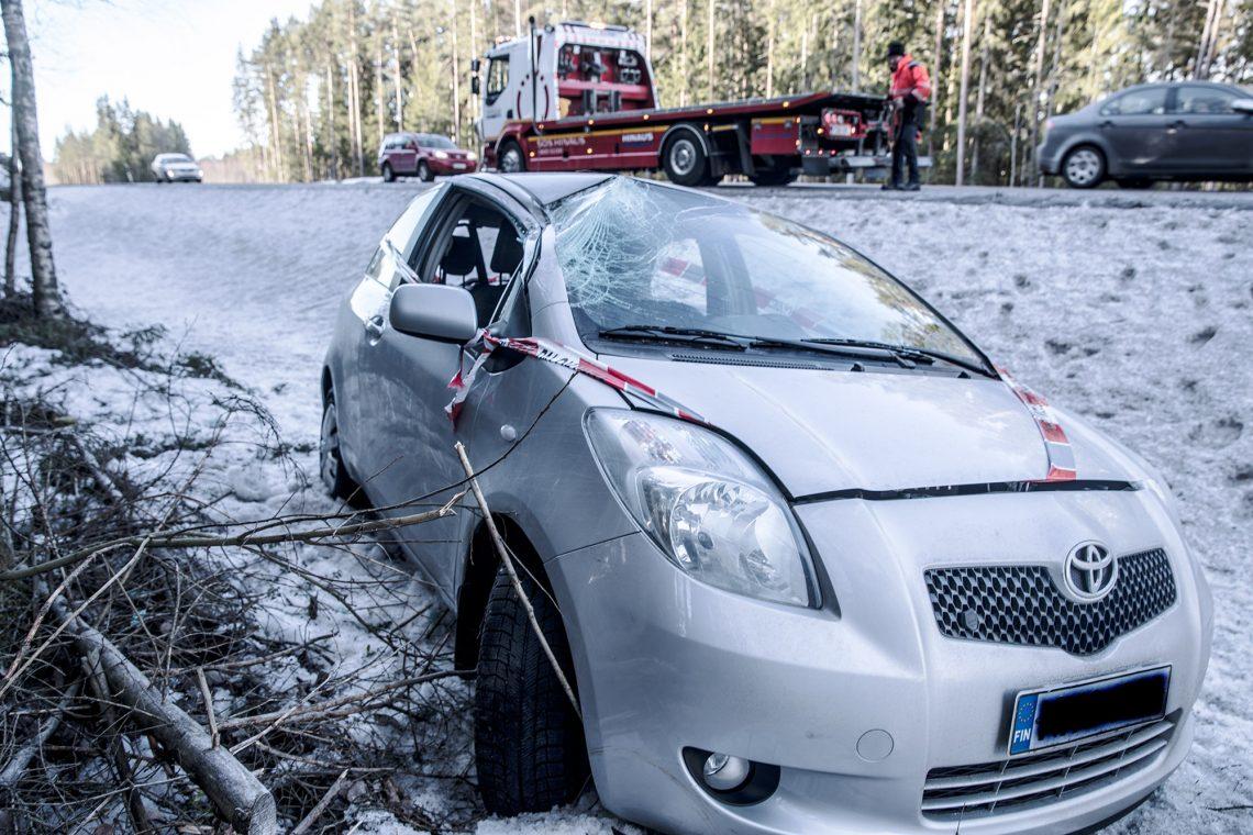 Auto rikkoutui molemmilta sivuiltaan, perästään ja katostaan.