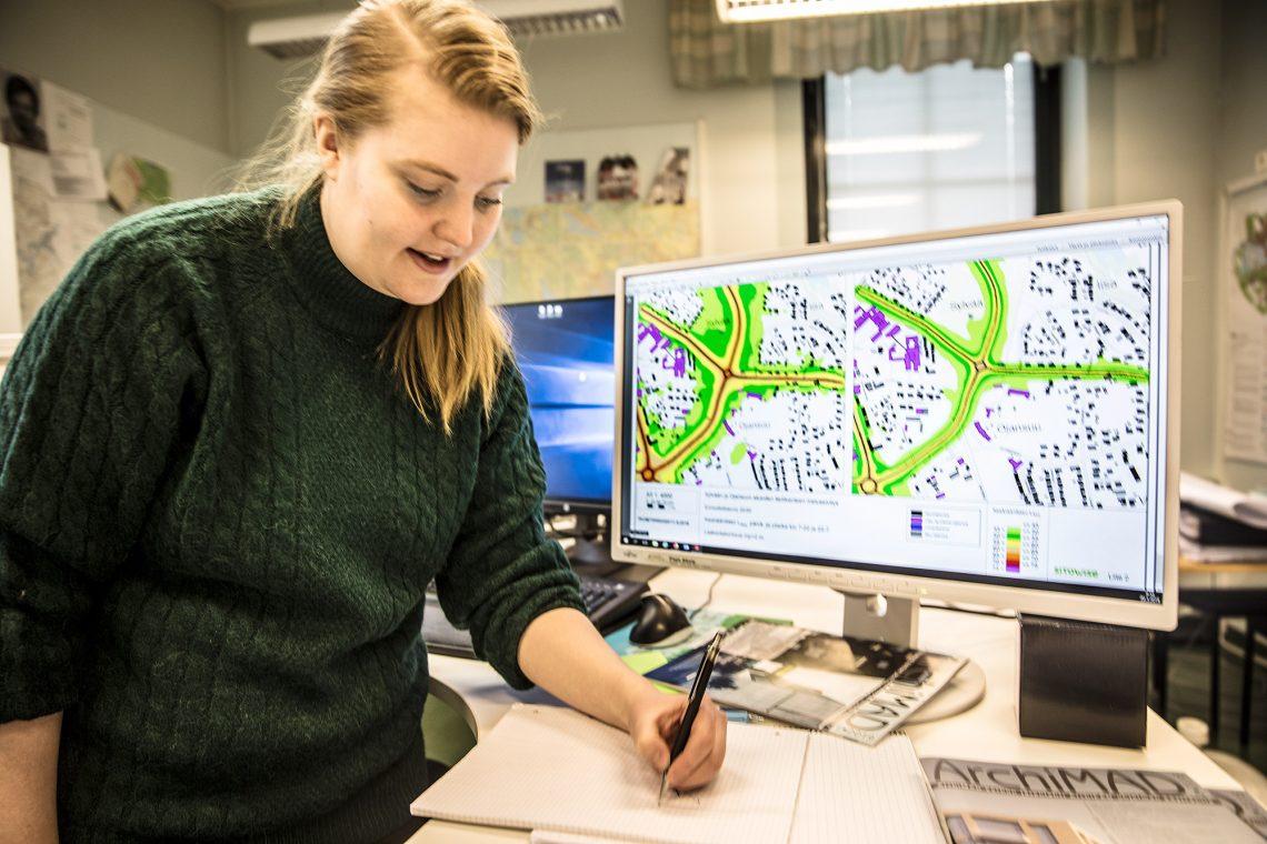 Kaavasuunnittelija Pinja Ahola. Näytöllä melumallinnuksen mukaisia karttoja Tuomiston ympyrän ja Sylvään väliltä.