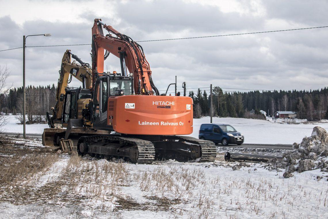 Kaivinkoneet odottavat jo maanantaiaamua, jolloin kiertotien rakentaminen alkaa.