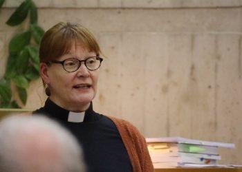 Johtajia on monenlaisia. Kirkkoherran viransijainen Ulla Ruusukallio tuo muassaan hyvää mieltä. (Kuva: Anne Hietanen)