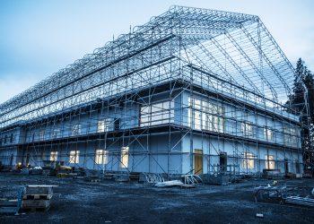 Varilan koulu on kaupungin suurin investointi. Uusi koulu hallitsee paraikaa näkymää Varilassa jopa puolen kilometrin päässä.