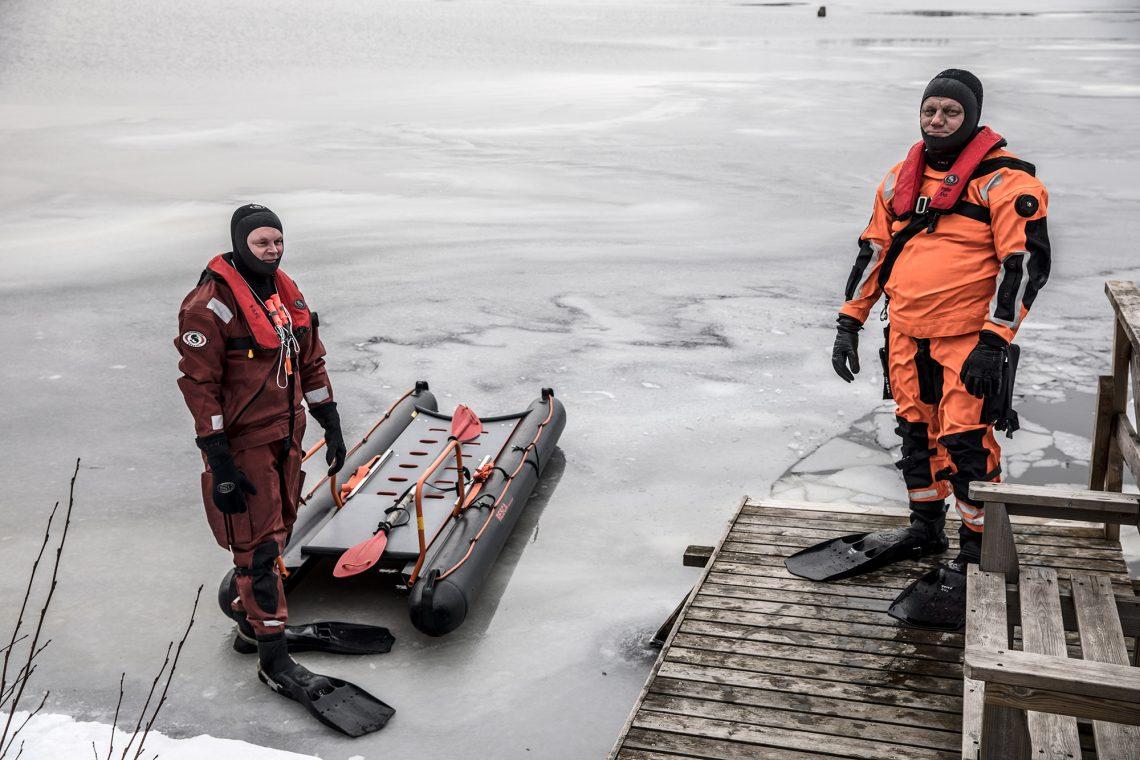 Aihekuva. Pintapelastajat Mika Suoniemi ja Kimmo Salomaa harjoittelemassa uhkarohkeiden jäällä kulkijoiden varalta.