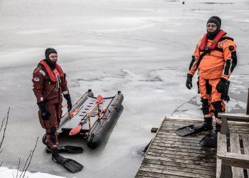 Aihekuva. Pintapelastajat Mika Suoniemi ja Kimmo Salomaa harjoittelemassa uhkarohkeiden pilkkijöiden varalta.