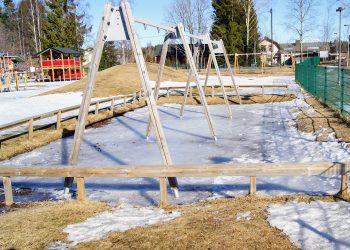 Käytöstä väliaikaisesti poistetun keinutelineen alle on kertynyt paksu jääkerros.