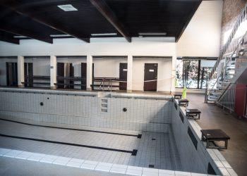 Keikyän uimahallin allas on tyhjä.