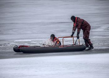 Aihekuva. Pintapelastajat Kimmo Salomaa ja Mika Suoniemi harjoittelemassa pelastuslautan kanssa.
