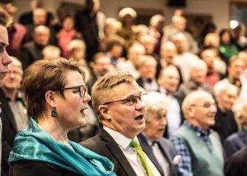 Salin täysi yleisö päätti vaalitilaisuuden yhteislauluun. Etualalla Lari, Seija ja Pertti Hakanen.