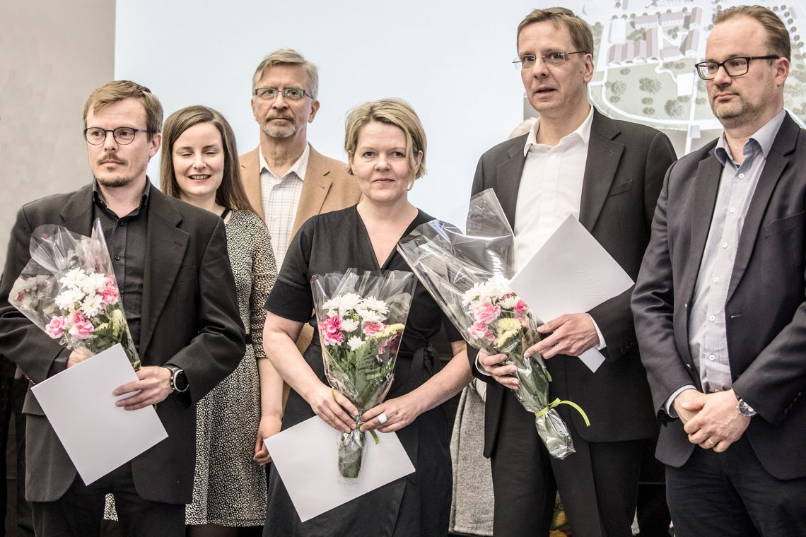 Eturivissä arkkitehtikilpailun voittajatyön luoneet ja kaupunginjohtaja Jarkko Malmberg.