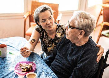 Emäntä Marppa Murtagh auttaa Jorma Nuotiota syömään pannaria, hilloa ja kermavaahtoa.