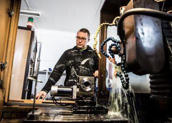 Jarno Niemi ohjaa konetta, jolla valmistetaan timanttiteriä.