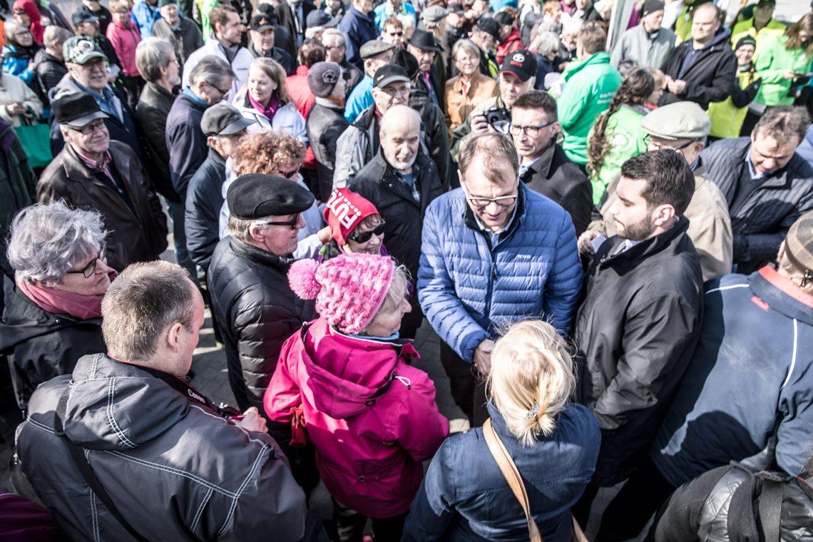 Pääministeri ja puoluejohtaja Juha Sipilä kokosi torin toisen pään täyteen väkeä.