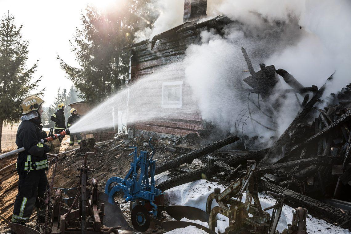 Ulkorakennus, auto ja sauna tuhoutuivat, mutta palo saatiin nopeasti hallintaan.
