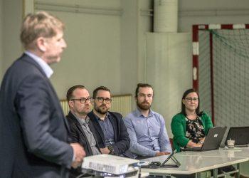 Kaupungin virkamiehet esittelivät palveluverkkoselvitystä keväällä Uotsolassa. Puhumassa kasvatusjohtaja Pekka Kares.