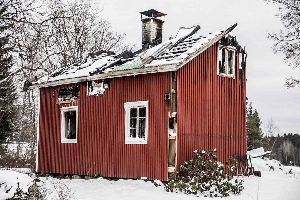 Aikamiespojan ja iäkkään äidin koti oli pieni punainen talo pitkän ja kapean tien päässä.