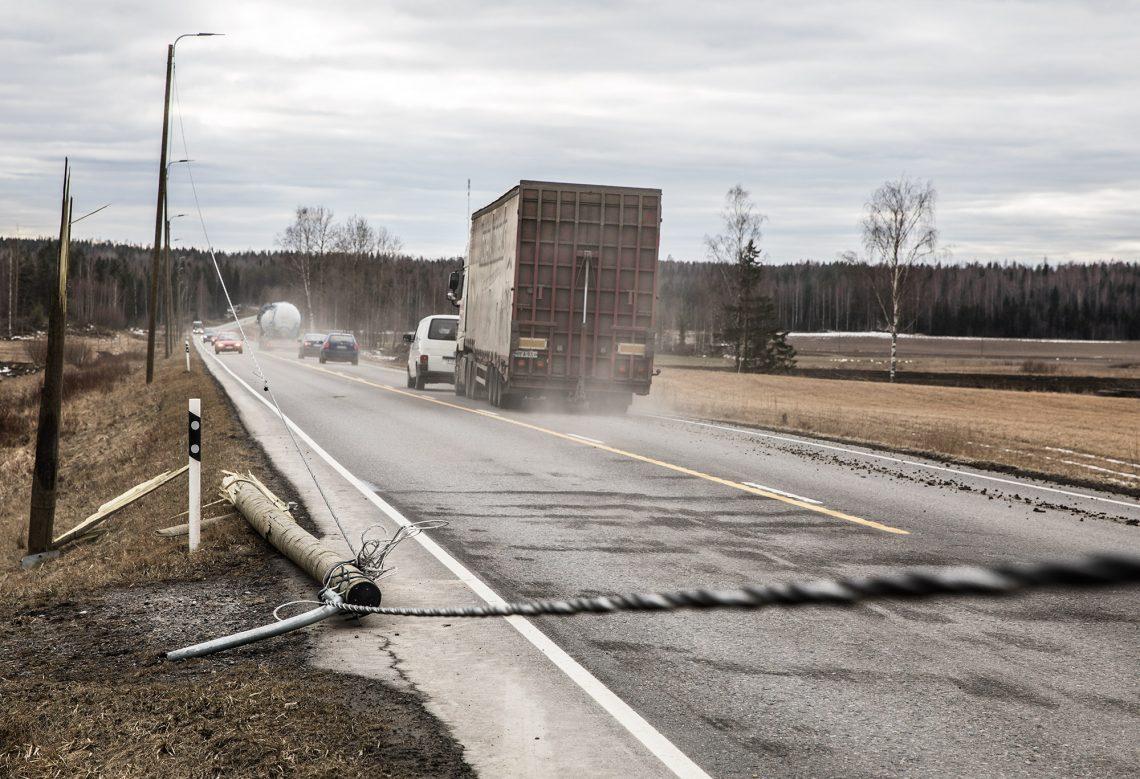 Toinen pylväs ehti katketa ennen kuin uudet tievalot ehtivät syttyä valtatielle kolmatta kertaa.