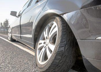 Mercedeksen rengas lähti omille teilleen vauhdissa mutta palautettiin paikalleen. Pulteista löytyi yksi.