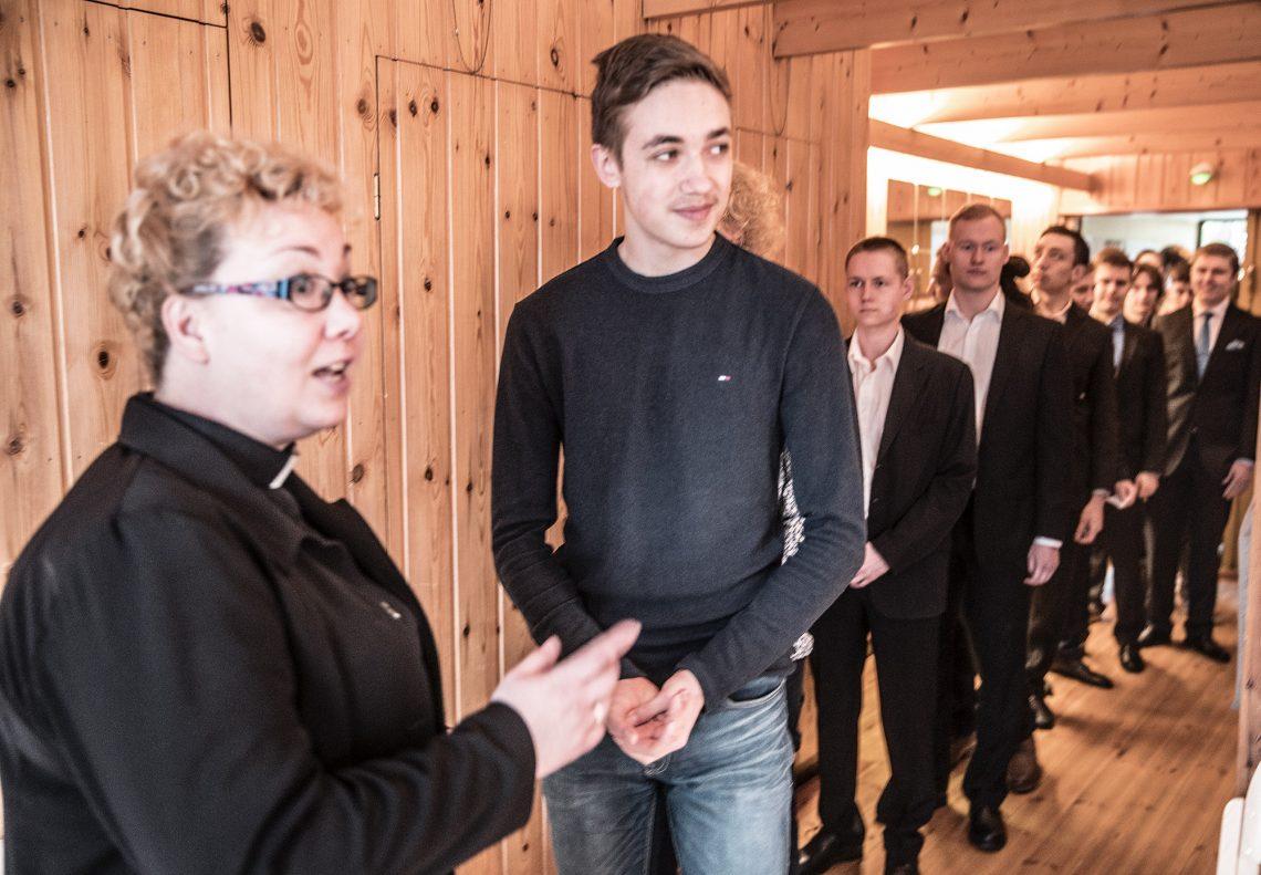 Kaikki apurahan saajat toivotettiin tervetulleiksi apurahajuhlaan kädestä pitäen. Säätiön rahaston johtokunnan puheenjohtaja Anu Jokinen-Lunden kyselee kuulumisia lukiolainen Aapo Karviselta.