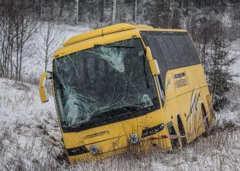 Linja-auton tuulilasi koki kovia. Auto suistui valtatieltä Ketolan suoran eteläpäässä, aivan metsän reunassa.