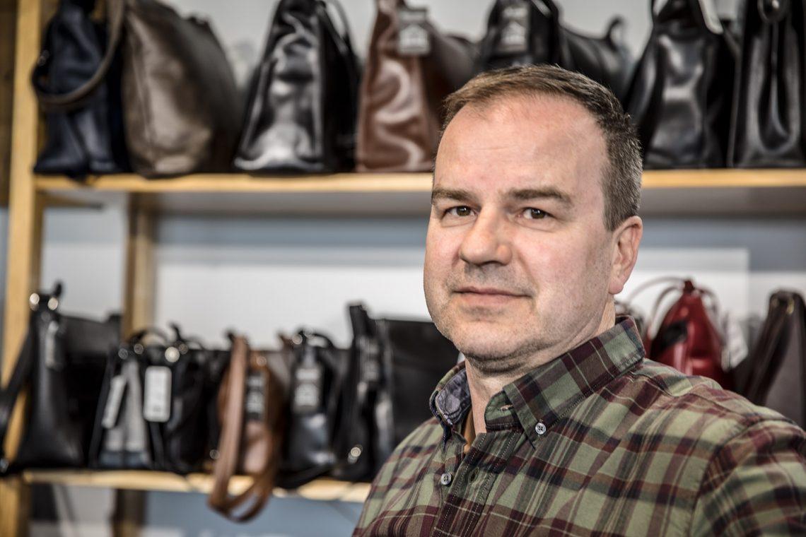 Kauppias Vesa Ihanamäki pitää laukkukauppaa yhdessä veljensä Pasin kanssa Itsenäisyydentien päässä.