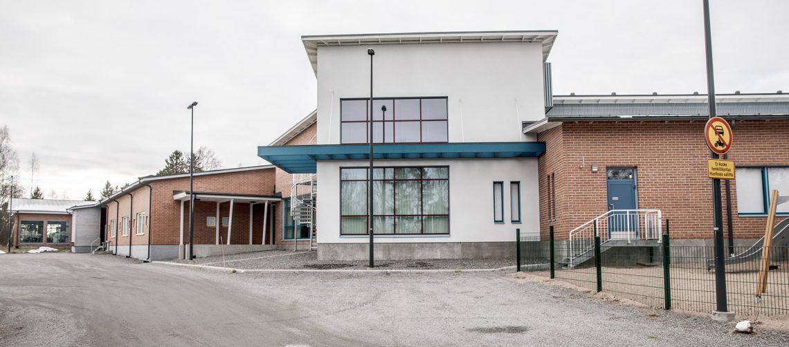 Mouhijärven yhteiskoulusta iso osa on uutta ja modernia. Itsestään selvää ei kuitenkaan ole sen säilyminen kouluna.
