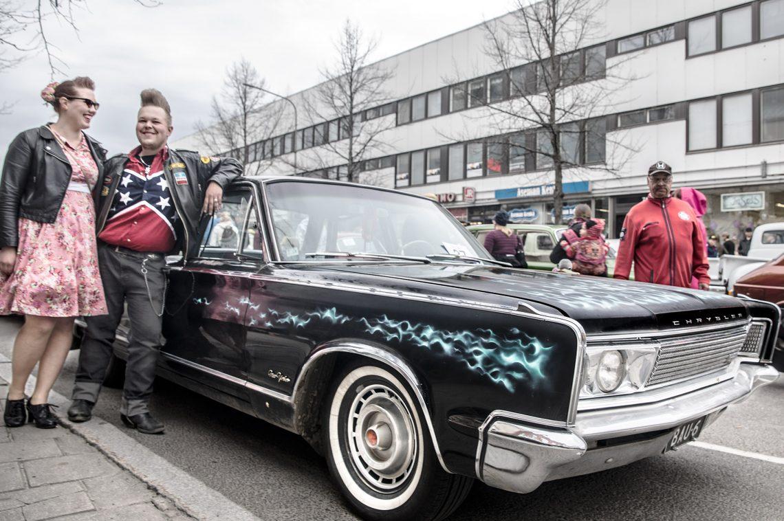 Jenna Telilä, Antti Pärssinen ja alkujaan Juuso Waldenia kuljettanut Chrysler New Yorker.