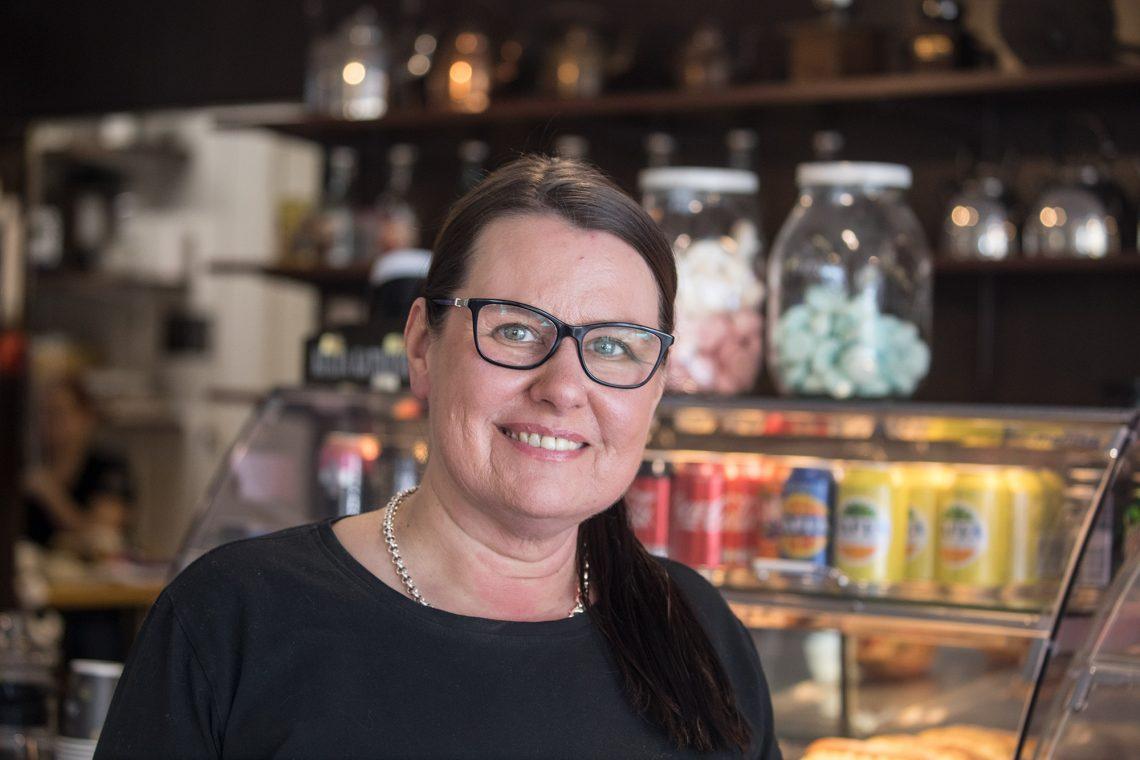 Niina Liuksiala on pitänyt Jaatsin kahvilaa Asemakadulla jo 12 vuotta.