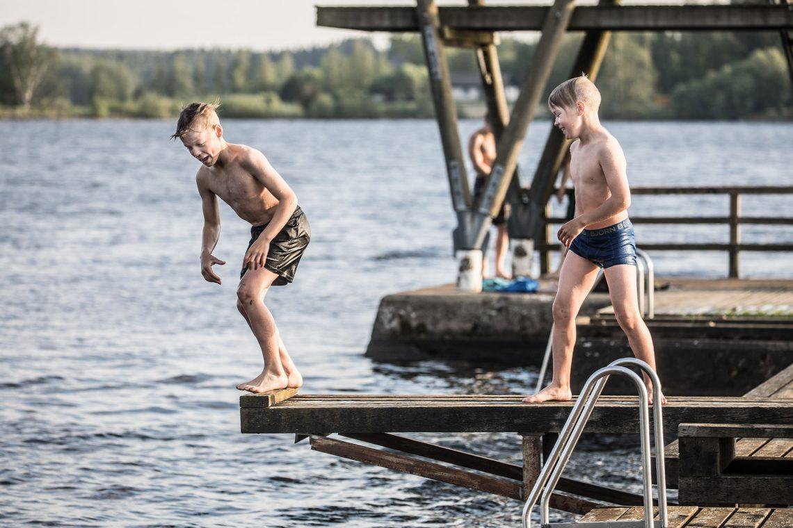 Niklas ja Topias Mäntylä Kaalisaaren laiturilla kaksi vuotta sitten.