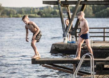 Niklas ja Topias Mäntylä Kaalisaaren uimarannalla vajaat kaksi vuotta sitten.
